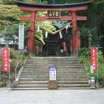境内に続く階段の真ん中が県境という珍しい鷲子山上神社